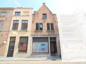 Zeer mooi gelegen op te frissen woning in de binnenstad van Brugge aan de Augustijnenrei. Met zijn zee aan ruimte binnenin, 3 slaapkamers en gezellige