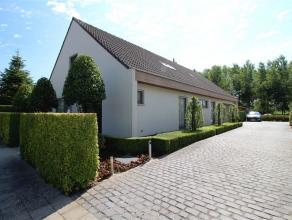 Mooie alleenstaande villa op een perceel van 600m² met een prachtig zicht op een groene omgeving. Indeling: Op het gelijvloers: inkomhal met gast