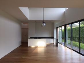 Eigendom Te huur Instapklare villa met tuin bestaande uit een inkomhal, toilet, living met veel lichtinval en toegang tot het terras met automatische
