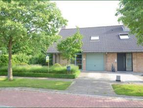 Half open bebouwing gelegen in het groen en vlakbij invalswegen en centrum .De woning heeft een oppervlakte van 397m² met zuid gerichte tuin.De l