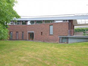 OPENDEUR ZATERDAG 11 MAART TUSSEN 10U EN 12U !!!!! Deze ruime gezinswoning (1998) op een perceel van 1350m² is gelegen aan het kanaal van Gent-Br