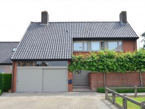 Ruime en verzorgde gezinswoning met mogelijkheid tot uitbating van een vrij beroep of kantoor op een commerciële topligging te Beernem. De woning