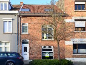 """Gezinswoning, centraal gelegen te Assebroek aan """"t Perretje"""", bestaande uit lichtrijke Inkomhal met toilet, woonkamer met eetplaats en open leefkeuken"""