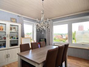 Zonnig dakappartement met 2 slaapkamers . Dit leuke flatje heeft een volledig geïnstalleerde open keuken die ook nog wordt afgewerkt! Badkamer me