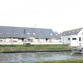 Prachtig Duplex appartement (2002) met een opp van 125m² gelegen aan het water op een boogscheut van het centrum ! Op het eerste verdiep bevinden