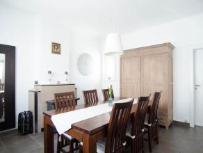 Instapklare gezinswoning gelegen op een steenworp van Brugge centrum, bestaande uit inkomhale, ruime keuken met wasplaats en toilet, zonnig terras, ee