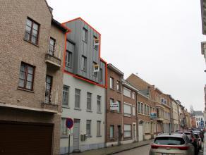 Duplex nieuwbouwappartement van 2010 pal in het centrum van Tienen. Grote markt, station, winkels, scholen, bushalte, ... te voet bereikbaar! Bewoonba