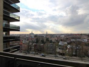 Gerenoveerd appartement op 9de verdieping met 2 ruime slaapkamers en een adembenemend uitzicht over Tienen. Grote markt, station, winkels, scholen, bu