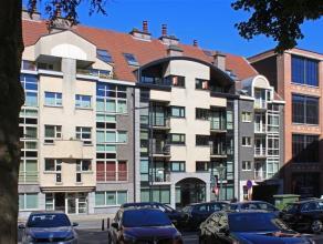 Gezellig duplex appartement gelegen aan de Graanmarkt in Aalst. Het appartement omvat: inkom met ingebouwde vestiaire-kast, woonkamer met veel lichtin