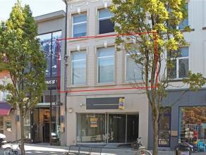 Gezellig appartement, gelegen in het centrum van Aalst, vlakbij Grote Markt en station. Dit appartement op de 1e verdieping omvat: een inkomhal, een m