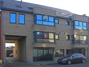 Ruim appartement gelegen aan de stadsrand van Aalst. Vlot bereikbaar zowel met de auto als met het openbaar vervoer. Het appartement omvat een inkom,