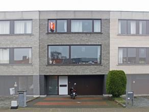 Ruime bel-étage woning gelegen nabij het centrum van Aalst. De woning omvat op de gelijkvloerse verdieping een mooie inkomhal met marmer vloer,