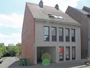 Deze knusse studio is gelegen vlakbij het centrum van Aalst. De Studio omvat een leefruimte met open keuken, slaaphoek, doucheruimte met WC. Op wandel