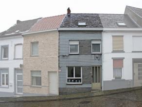Deze starterswoning woning is gelegen aan de voet van de 'muur' en op korte afstand van centrum en scholen. De woning omvat op het gelijkvloers een li