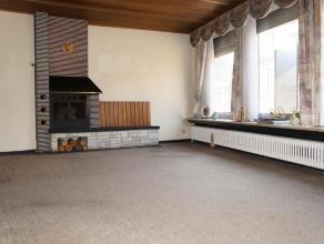 Te renoveren woning met 3 slaapkamers en garage op 167 m² in hartje Wakken. Ligging: Op wandelafstand van centrum Wakken, in nabijheid van openba