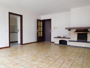 Appartement au centre du Strombeek-Bever composé dun hall entrée (+/- 5m²) avec des armoires encastré, salon (+/- 25m²)