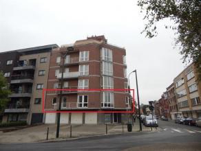Mooi 3-slaapkamer appartement met garage en kelderop de eerste verdieping. Het appartement is opgedeeld uit een inkomhall, ruime living (+/- 30m²
