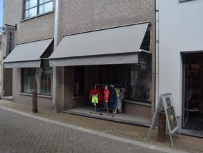 Mooi winkelruimte met achteraan privhoek met keukenblok. Berging en aparte w.c. Winkelruimte die veel mogelijkheden aanbied.