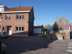 Gezellige woning in een rustige buurt bestaande uit een inkomhal, living, ingerichte keuken met toegang tot veranda. Op de eerste verdieping: drie sla