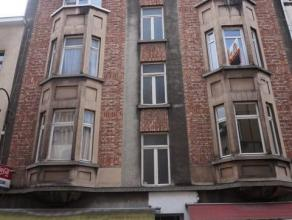 Goed onderhouden appartement gelegen op de 2de verdieping van een klein gebouw zonder lift. Het appartement bestaat uit een leefruimte, ingerichte keu