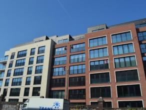 Luxueus nieuwbouwappartement gelegen op de 6de verdieping in de nieuwe Residentie Gloria op een toplocatie te Brussel. Indeling: inkomhal, leefruimte