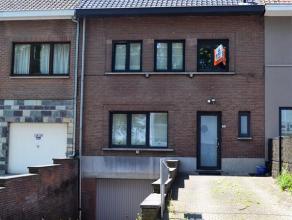 Aangename woning in het centrum van Meise bestaande uit een inkomhall met apart toilet, leefruimte met bureauhoek, geinstalleerde keuken met toegang t