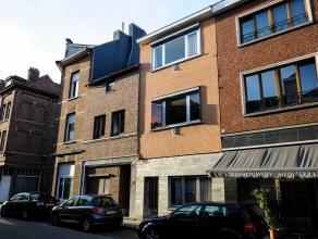 Ruime te renoveren woning met hoge plafonds en authentieke elementen. Omvattende op het gelijkvloers een voorplaats, tussenplaats, woonkamer en eetkam