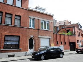 Op deze gunstige locatie in de Emile Van Arenbergstraat vinden we dit opbrengstpand terug. Op het gelijkvloers is er een studio met koertje. Op de eer