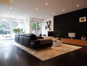Deze volledig vernieuwde woning bestaat op het gelijkvloers uit een inkomhal met ingemaakte kasten, apart toilet, een zithoek, een ruime en lichtrijke