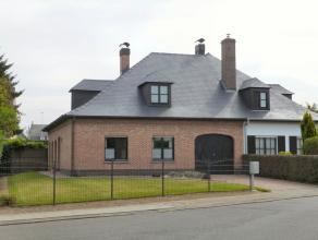 Deze woning is gelegen in een rustige en groene omgeving en bestaat op het gelijkvloers uit een inkomhal, een ruime leefruimte, ingerichte leefkeuken,