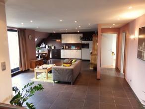 Dit appartement bestaat uit een inkomhal, berging, toilet, ruime leefruimte, ingerichte keuken (oven, keramische kookplaat, dampkap, koelkast), terras