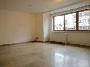 Goed onderhouden appartement met 2 slaapkamers op de eerste verdieping in een gebouw met lift. Dit appartement bestaat uit een inkomhal, mooie leefrui