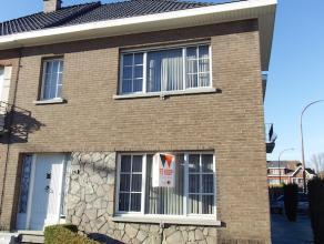 Deze op te frissen woning ligt aan de Aalsterse Boudewijnlaan. Op het gelijkvloers bestaat de woning uit een inkomhal, leefruimte met massief eiken pa