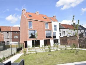 Deze nieuwbouwwoning is gelegen in een project met drie wooneenheden. De woning omvat op het gelijkvloers een inkomhal, toiletruimte, berging, keukenr