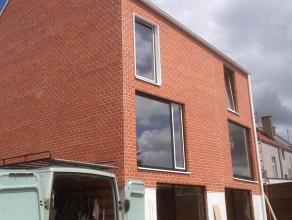 Deze nieuwbouwwoning is gelegen in een project met drie wooneenheden te Aalst. De woning omvat op het gelijkvloers een inkomhal, toiletruimte, berging