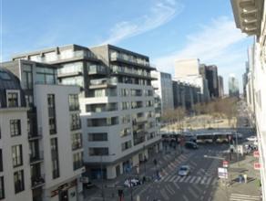 BRUXELLES, dans le Centre, proche de la Bourse, situé dans une construction récente, bel appartement duplex de ± 90m² habita