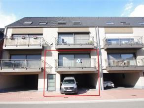 Appartement 1ste verdiep (bouwjaar 2007) met goede ligging. Indeling: inkomhal, woonkamer met open keuken met oven, microgolf maar zonder afwasmachine