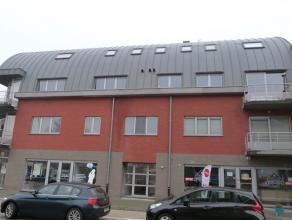 Modern en goed onderhouden duplex appartement op het 2de verdiep nabij het centrum van Londerzeel. Het appartement is gelegen aan de achterzijde van d