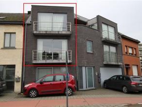 Mooi en ruim appartement bestaande uit 3 woonlagen op verdieping en een garage met automatische sectionaalpoort op het gelijkvloers. Indeling: 1°