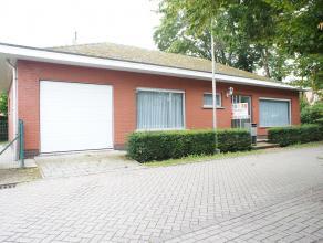 Zeer ruime laagbouwwoning op een rustige locatie te Brasschaat. De woning is ingedeeld als volgt: Inkomhal met aparte wc, ruime leefruimte, volledig g