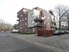 Zeer ruim duplex penthouse (bouwjaar 2010) met drie slaapkamers, terras van 85 m² en ondergrondse garage. Zeer gunstig gelegen in het centrum van