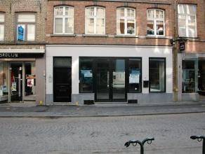 Verrassend RUIM en LICHTRIJK handelsgelijkvloers met een winkeloppervlakte van om en bij de 415m², gelegen in de TOPSTRAAT van Brugge op enkele p