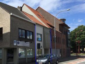 Gerenoveerde ruime gezinswoning in het centrum van Sint-Kruis. De woning heeft een inkomhal - ruime lichtrijk living - open keuken - veranda - 5 slaap