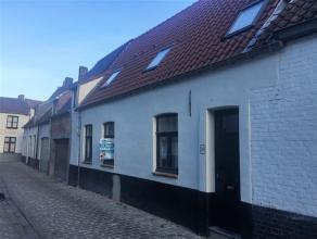 Deze volledig gerenoveerde woning is gelegen op een zucht van het bruisende centrum van Brugge. Bestaande uit een inkomhal, ruime living met aansluite
