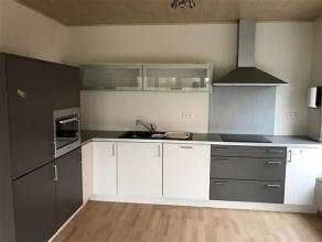 Instapklaar - ruim duplexappartement met alle comfort en dubbele garage op een centrale doch rustige ligging. Indeling : inkomhall - ingerichte keuken