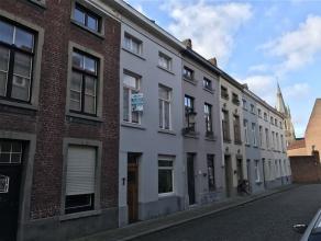 Licht op te frissen STARTERSWONING in het bruisend hart van Brugge. De woning heeft een gezellige living - open ingerichte keuken met open haard - 4 s