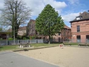 Deze gezellige stadswoning is gelegen in een uniek gerestaureerd beluik uit de 19de eeuw aan de rand van het Gentse stadscentrum. De woning bestaat ui