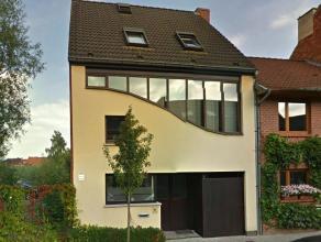 Deze toffe gezinswoning is gelegen in een rustige straat op wandelafstand van het centrum van Drongen en in directe nabijheid van het openbaar vervoer