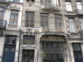 Prachtig historisch rijhuis in de omgeving van de Grote Zavel, gebouwd in 1894 door de befaamde architect Victor Horta voor een bekend advocaat. Het h
