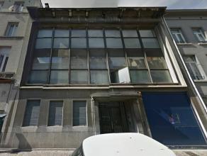Karaktervol gebouw in het pentagon van Brussel, vlakbij de Dansaertwijk. Het gebouw beschikt over een kelderverdieping, gelijkvloers en 2 bovengrondse